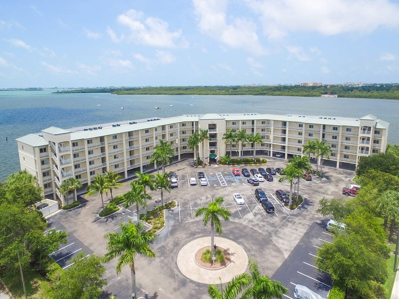 Waterfront Condo!  Mins to Beach!  Great location!, holiday rental in Kenneth City