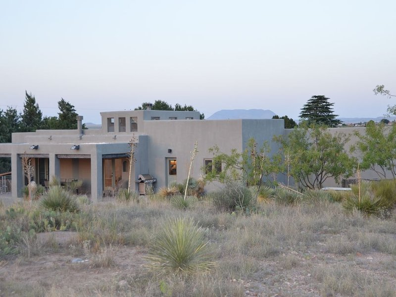 Big Sky Marfa: mountain views, modern amenities, on half acre NW edge of town, vacation rental in Marfa