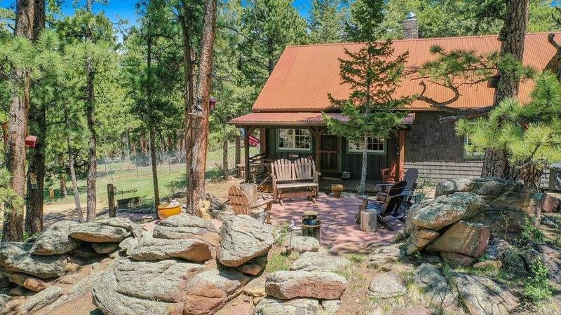 1906 Vintage Cabin on1.5 Acres, 1mi to Town & 2mi RMNP, outdoor space w/views, vacation rental in Estes Park