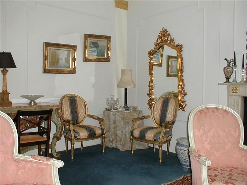 Luxury Flat Two Minute Walk to Harrods and Knightsbridge Bus and Tube, vacation rental in London