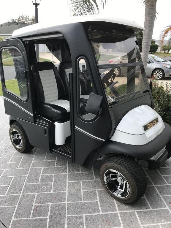 Nouvelle voiture club électrique avec des portes de ligne épurées, idéale pour les matinées fraîches