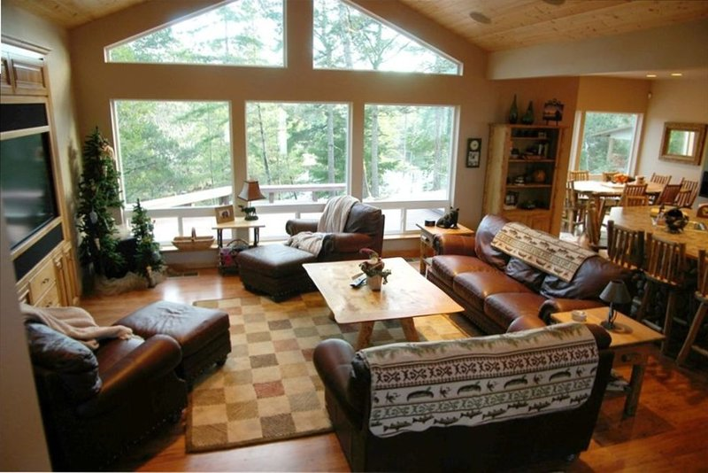 Maud Lake Lodge an Oregon Dune Access  Lakefront  Home, holiday rental in North Bend