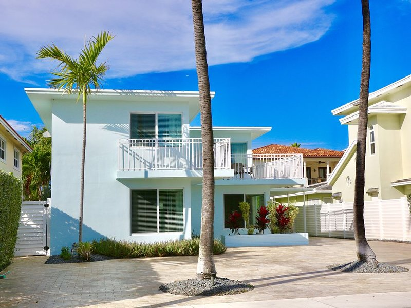 Steps to the beach! 3rd house from the Beach!  Luxury furnishings!, alquiler de vacaciones en Fort Lauderdale