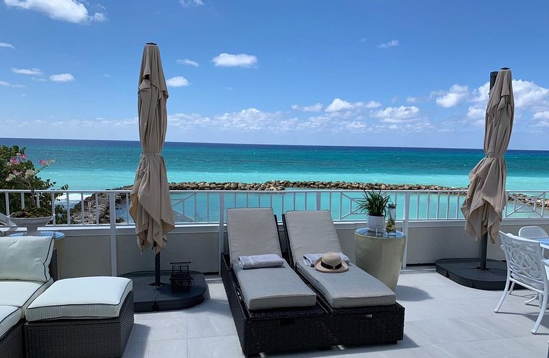 New to market, Oceanfront 3 bed condo on Seven Mile Beach, vacation rental in George Town