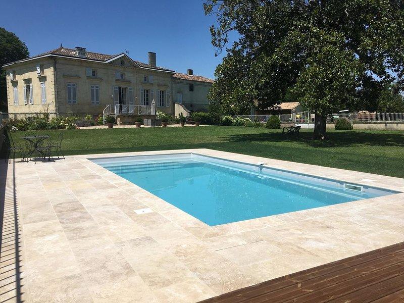 Propriété viticole de charme avec Piscine près de Saint-Emilion, holiday rental in Daignac