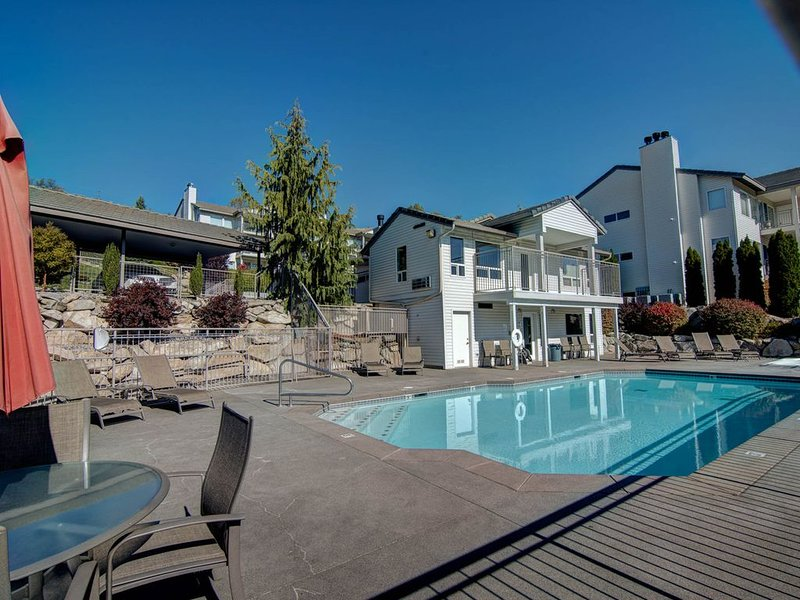 Spacious condo across from Don Morse City Park & lake access w/ shared pool, aluguéis de temporada em Chelan