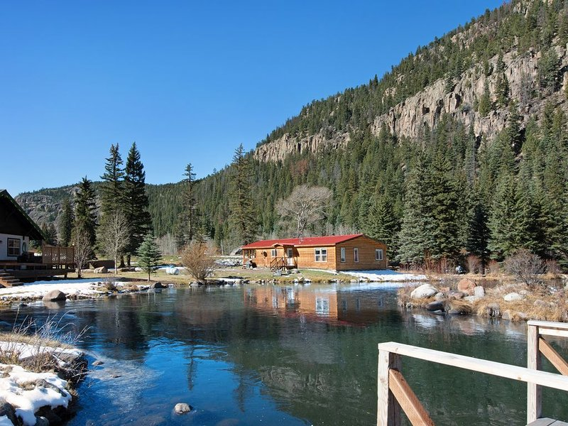 Spacious waterfront cabin w/hot tub, furnished deck & wood stove, holiday rental in South Fork