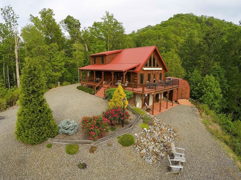 Secluded log cabin with mountain views, fireplace & wrap-around porch!, holiday rental in Whittier