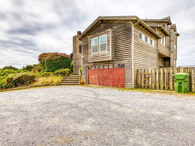 Spacious dog-friendly home w/deck - perfect for family reunions!, holiday rental in Bandon