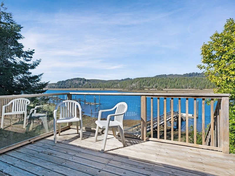 Waterfront cabin-style home with a private dock & furnished deck!, vacation rental in Waldport