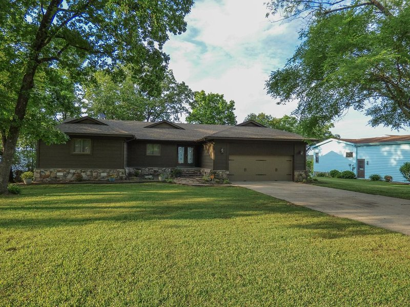 Stunning Views of Greers Ferry Lake! Pool Table, Fire Pit, Large Deck, & More, casa vacanza a Tumbling Shoals