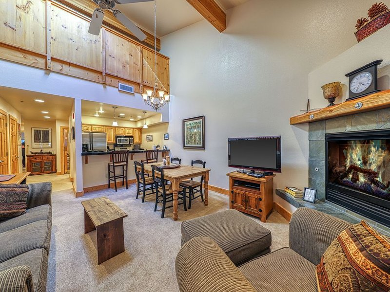 Condo with shared pool, tennis and hot tubs - near skiing!, holiday rental in Squaw Valley