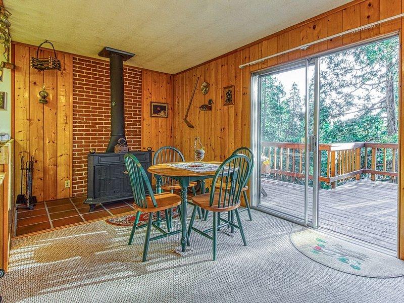 Rustic, dog-friendly cabin w/ a private deck, WiFi & full kitchen, aluguéis de temporada em Idyllwild
