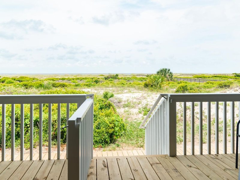 NEW LISTING Ocean Front 1 Bedroom - New Decks and Pool Access, holiday rental in Saint Helena Island