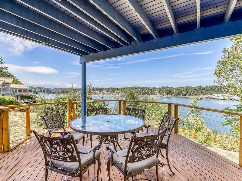 Spacious, waterfront home w/ 2 decks overlooking the bay and marina, location de vacances à Bainbridge Island