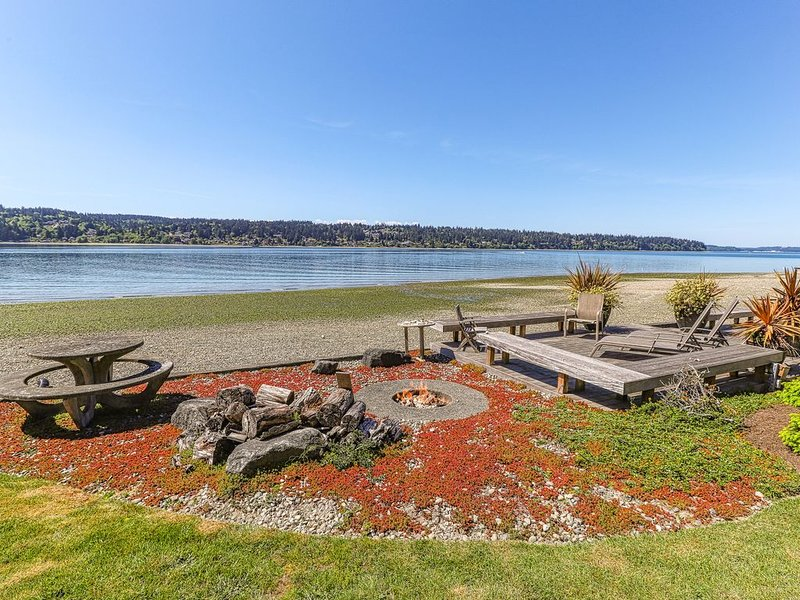 Modern waterfront home w/ private beach, kayak, views & fire-pit!, location de vacances à Bainbridge Island