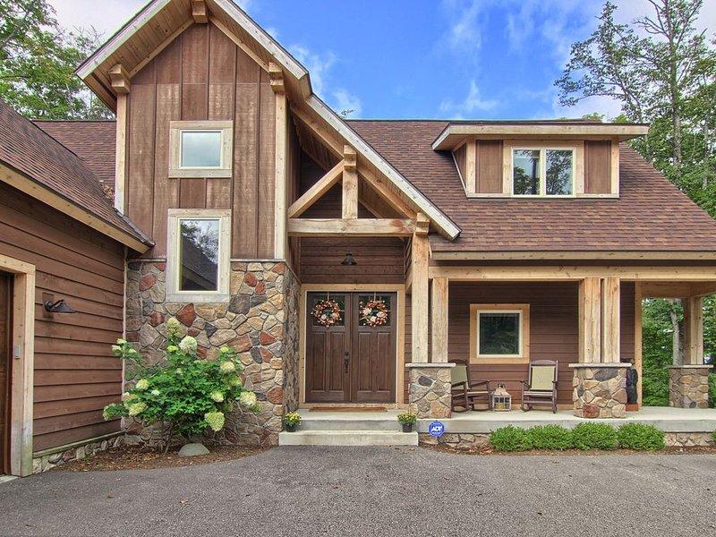 The Alpine House - Best Boyne Mountain 4 Bedroom Home in Gated Community, location de vacances à Boyne City