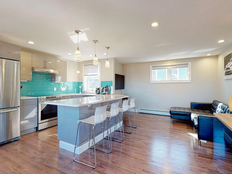Sleek condo w/ unbelievable water views - newly renovated, walk to bay!, holiday rental in Portland