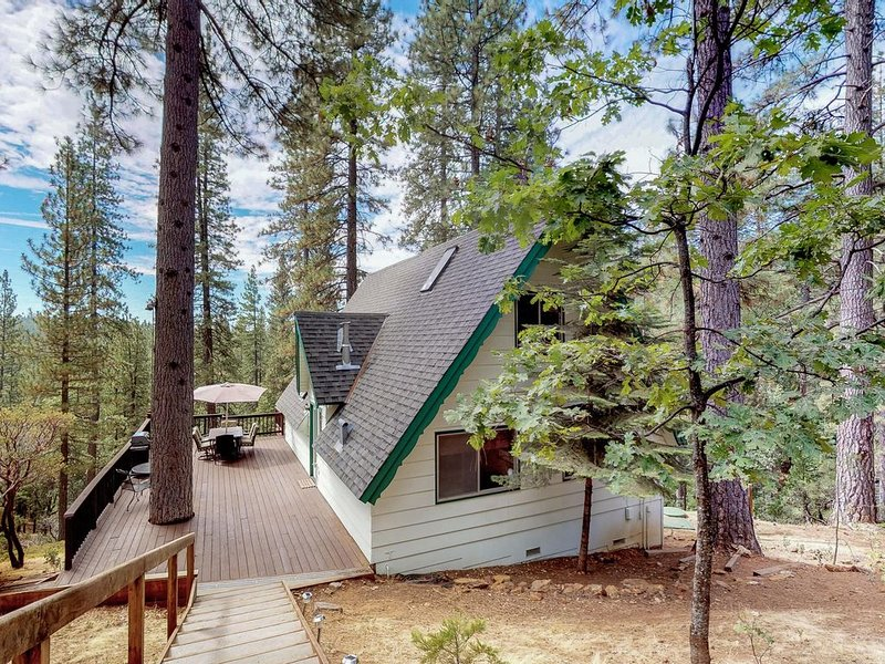 Charming dog-friendly A-Frame with shared pool and free WiFi, alquiler de vacaciones en Arnold
