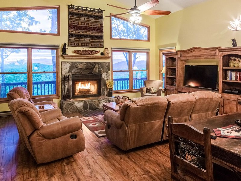 Cedar log home paradise w/ mountain views - billiards and foosball!, holiday rental in Webster