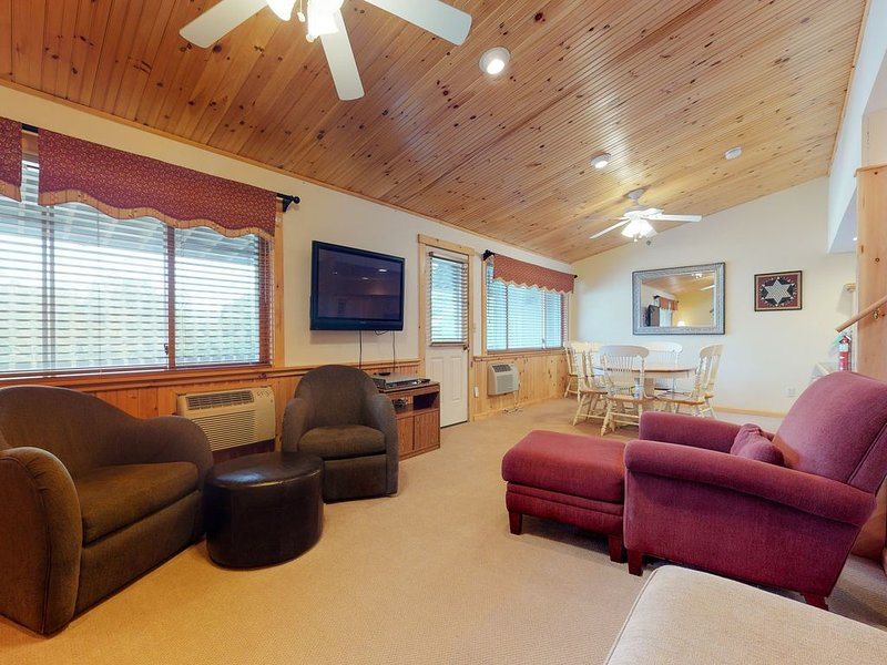 Newry condo w/ ski-in/ski-out access to trails, shared heated pool!, location de vacances à Upton