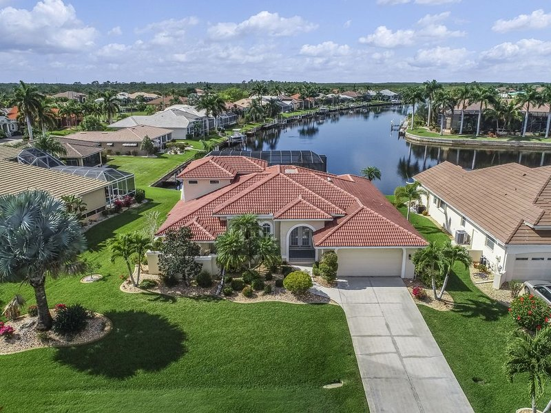 Spacious, waterfront home w/ a dock, heated pool, & spacious lanai, casa vacanza a Punta Gorda