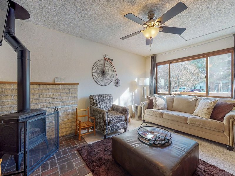 Family-friendly condo w/gas fireplace, gas grill, shared pool & hot tubs, location de vacances à Oak Creek