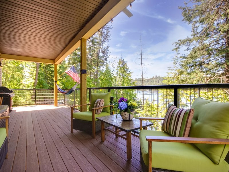 Lakefront home w/ private dock, beach, firepit, lake views, & kayak/paddleboard!, holiday rental in Hayden Lake