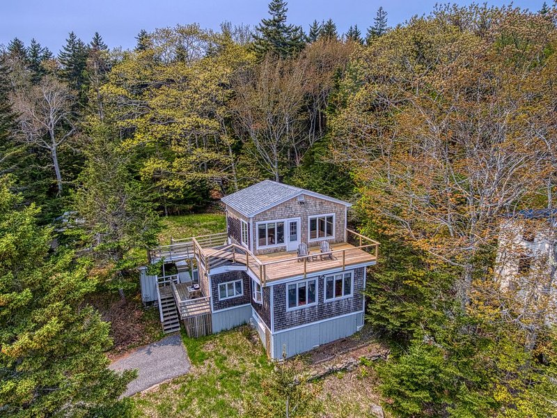 New listing! Woodsy home w/ a cottage feel plus furnished decks & ocean view, alquiler vacacional en Boothbay