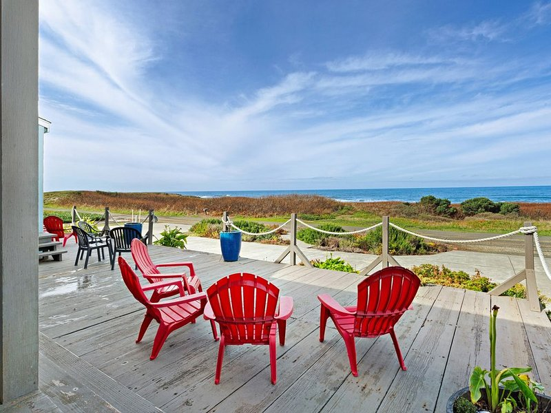 Dog-friendly oceanfront home w/ beach access, private hot tub & firepit!, location de vacances à Fort Bragg