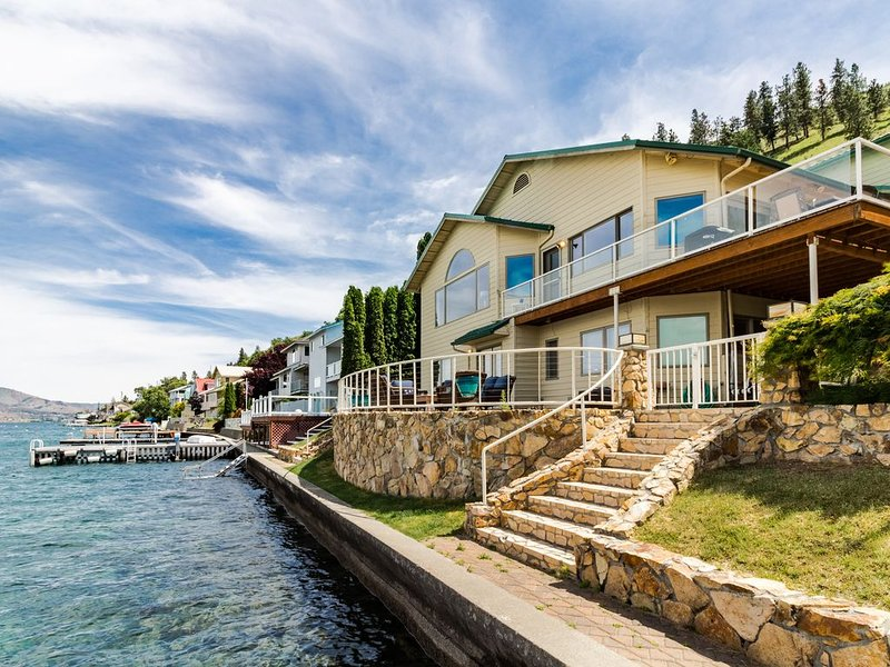 Lakefront house with private hot tub, gorgeous interior and shared dock!, aluguéis de temporada em Chelan