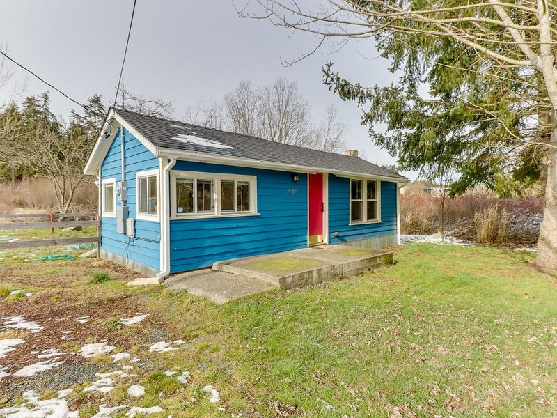 Updated home close to everything w/ large yard & deck - 2 dogs welcome!, location de vacances à Oak Harbor