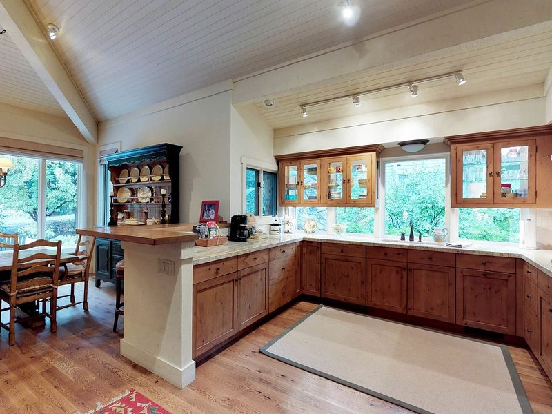 Lovely home w/private hot tub & shared pool, hot tub, tennis, holiday rental in Bellevue