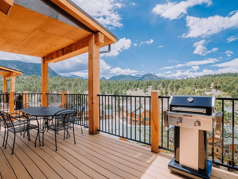 Mountain Views from a Modern Townhome. Walking Distance to Downtown!, vacation rental in Estes Park