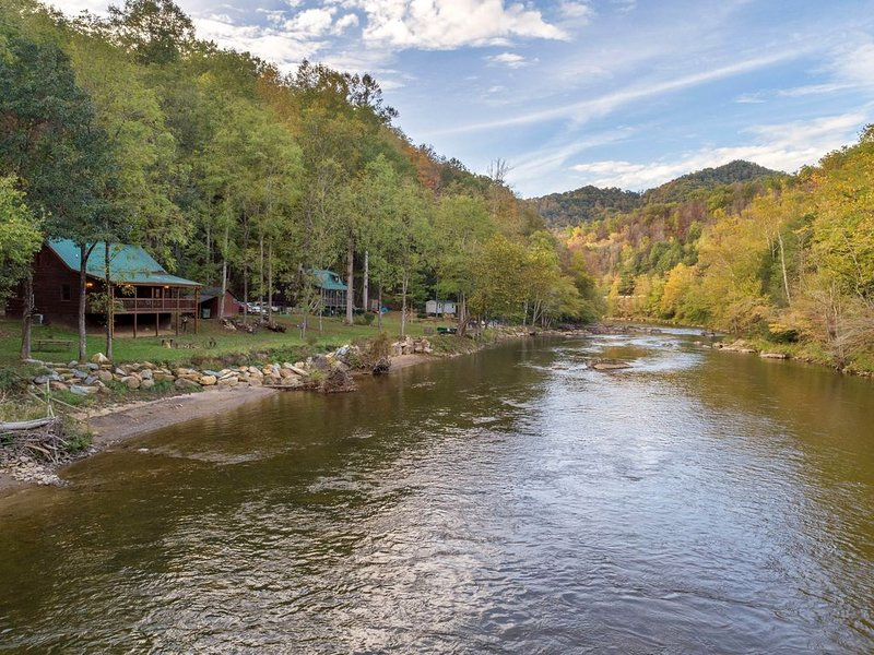 Dog-friendly cabin with riverfront access - great for fishing!, casa vacanza a Sylva