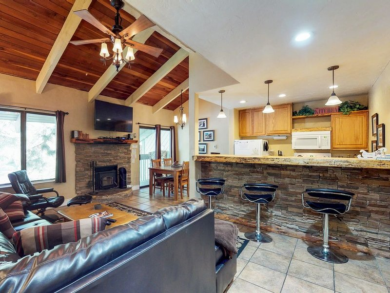 Modern condo w/ shared pool & hot tub - near local attractions, holiday rental in Mammoth Lakes