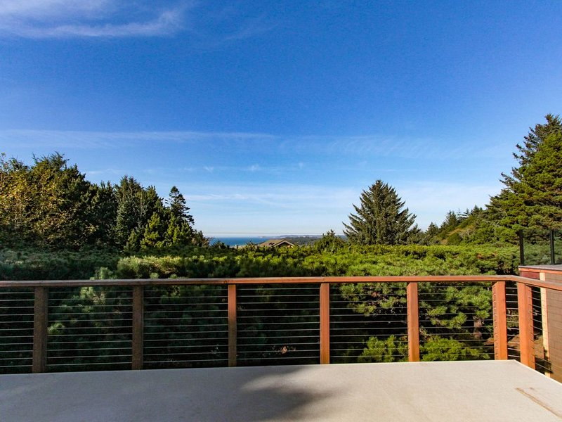 Updated dog-friendly home w/fantastic ocean views-walk to the beach!, location de vacances à Port Orford