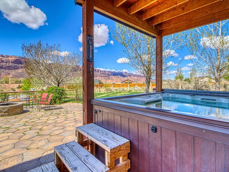 Newly furnished, dog-friendly, mountain view home w/ a private hot tub, location de vacances à La Sal