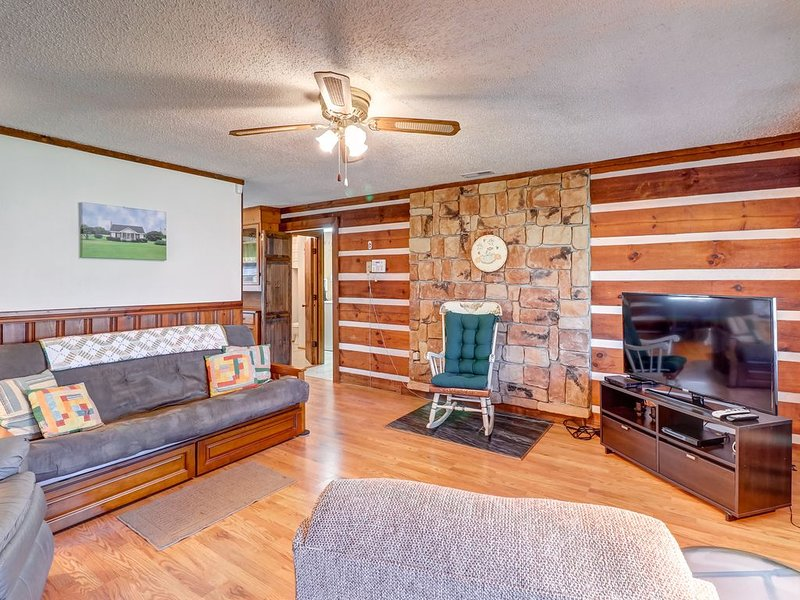 Cozy Smoky Mountain log cabin - easy access & covered parking!, holiday rental in Whittier