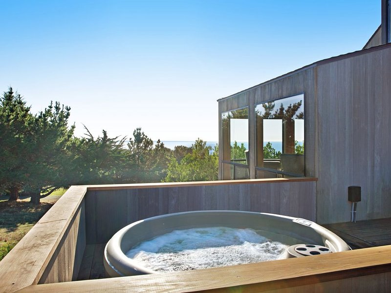 Oceanview home w/hot tub & shared pools/tennis - hike to beaches – semesterbostad i The Sea Ranch