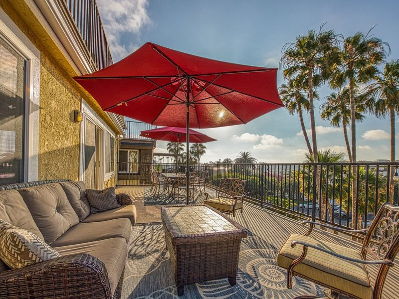 Ocean-view home w/ a gas fireplace & furnished balcony - walk to North Beach, alquiler de vacaciones en San Clemente
