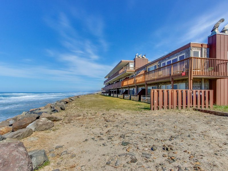 Oceanfront condo with easy beach access and amazing views!, location de vacances à Neskowin