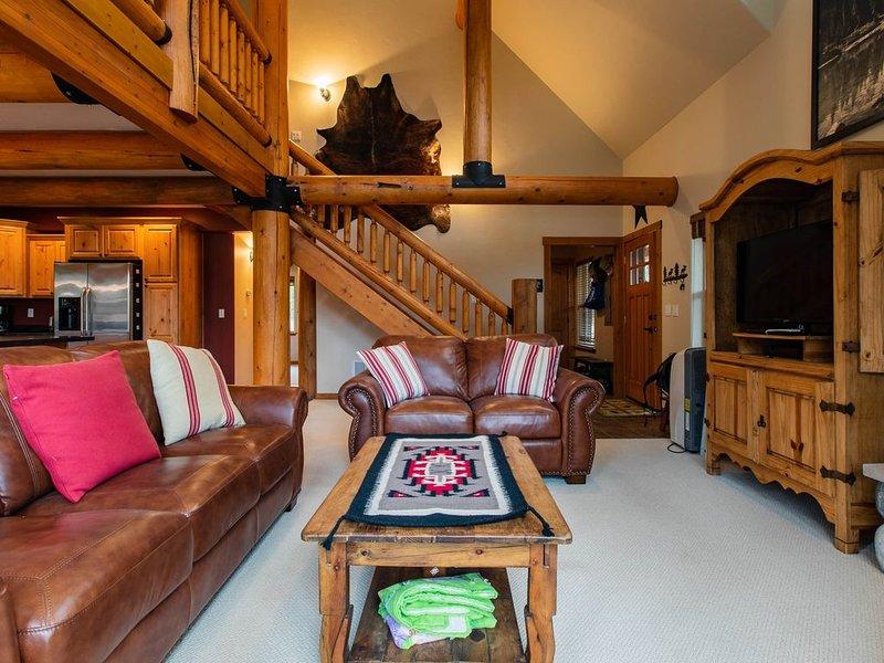 Gorgeous lakefront cabin w/fireplace & deck-5 miles to Glacier, aluguéis de temporada em West Glacier