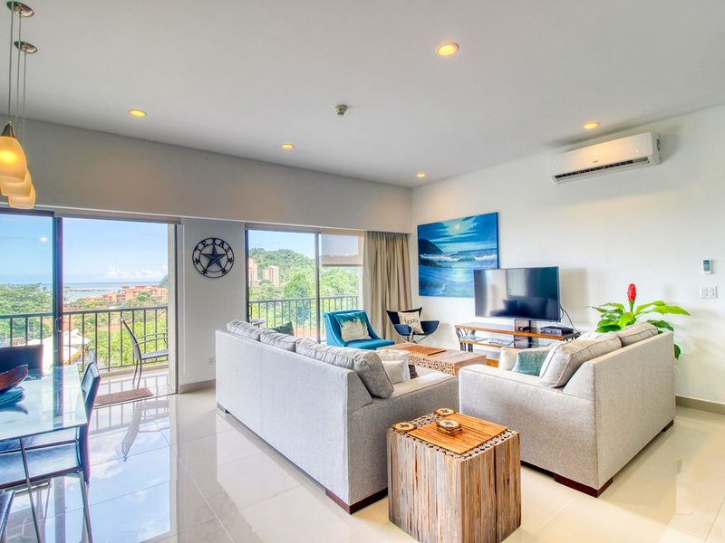 Luxury condo with a balcony, ocean and jungle views & open layout!, location de vacances à Jaco