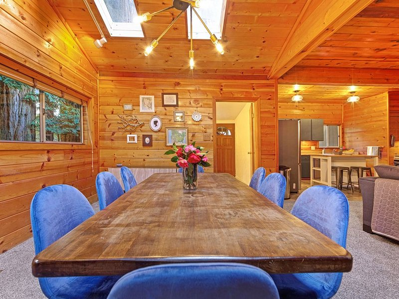 Rustic, modern home w/ large wooded backyard - moments to local beaches!, location de vacances à Guerneville