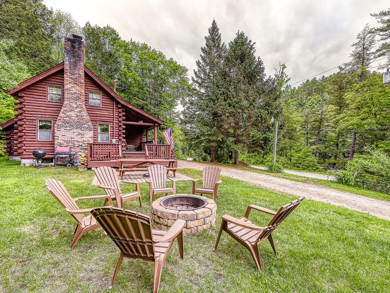 Adorable log home w/ a full kitchen - river frontage close by!, holiday rental in Riparius
