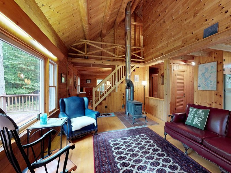 Beautiful rustic home w/lake view, deck & firepit - walk to beach, holiday rental in Greenville