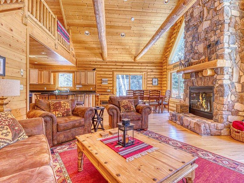 Quiet home w/ wooded views, wrap-around deck, walk to Swift River!, aluguéis de temporada em Conway