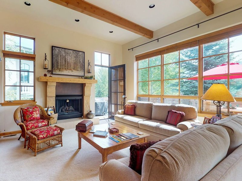New listing! Spacious townhouse w/access to shared pool, hot tub, sauna & tennis, aluguéis de temporada em Sun Valley
