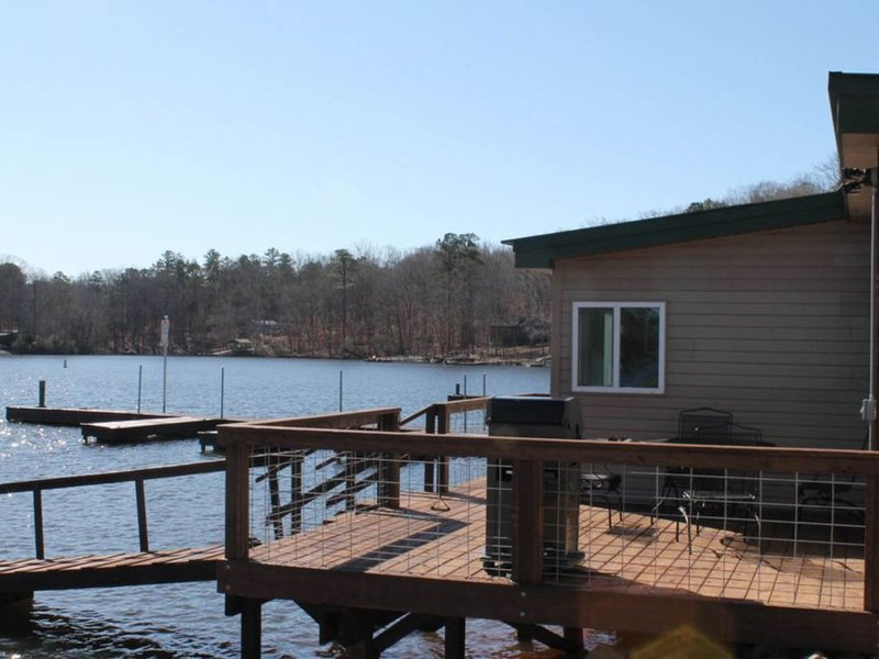 Retreat with boat ramp and dock, lakefront location!, holiday rental in Prosperity